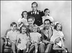 Son ministre le plus fidèle décide à son tour de se suicider dans le bunker, le lendemain, avec son épouse et ses 6 enfants. De qui s'agit-il ?