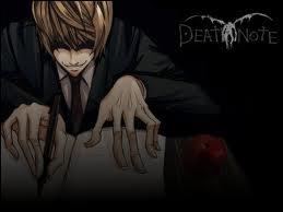 Quelle est la première chose qui se passe quand une personne touche le Death Note ?