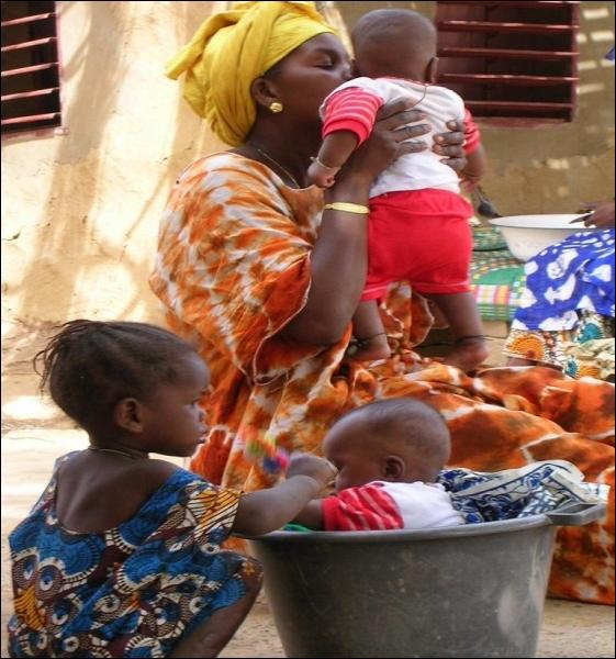 Si nous allions voir à quoi ressemblent nos petits frères à l'autre bout du monde, qu'en pensez-vous ? Ils sont de Dakar.