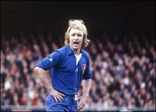 Comment était surnommé Jean-Pierre Rives, ce troisième ligne aile qui fit partie de l'équipe de France de rugby à XV de 1975 à 1984 ?