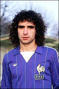 Membre de l'équipe de France de foot de 1975 à 1986, Dominique Rocheteau évoluait alternativement aux postes de :