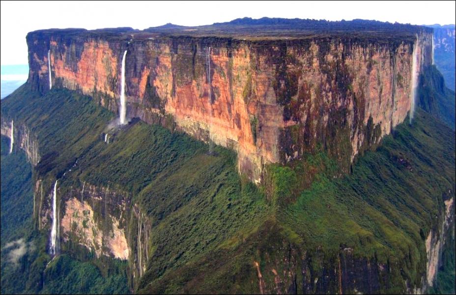 Situé en Amérique du Sud, le mont Roraima est une montagne tabulaire, appelée ...