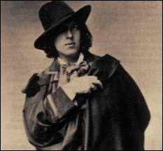 Il fit des travaux forcés et fut emprisonné pour son homosexualité, il s'exila à Paris et est enterré au cimetière du Père Lachaise. Une légende anglaise tuée par le puritanisme anglais. C'est