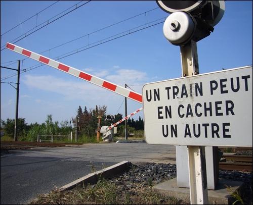 Lu dans la presse nationale :  Cinquième mort d'un automobiliste au passage à niveau de Happuy-sur-le-Champignon . Comment le journaliste doit-il écrire le verbe ?