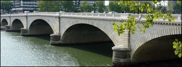 Que trouve-t-on sur la rive gauche près du pont de Tolbiac ?