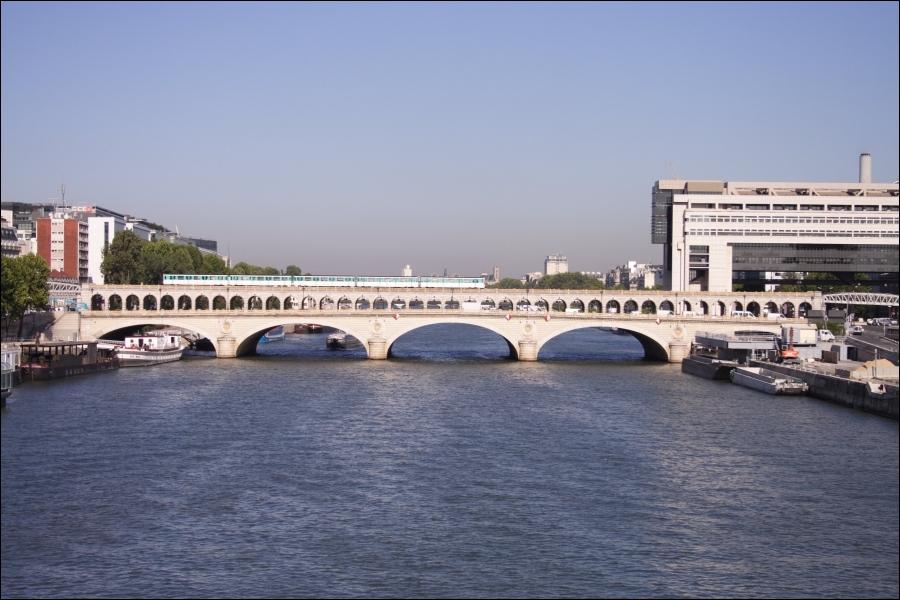 Un peu plus en aval, près du pont de Bercy se situe le...