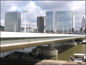 Quelles sont les deux gares de Paris reliées par le pont Charles de Gaulle ?