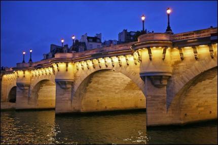 Comment s'appelle le pont le plus vieux de Paris qui se trouve à la pointe ouest de l'île de la Cité ?