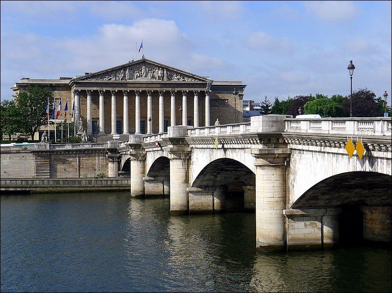 Quel pont relie la place de la Concorde au palais Bourbon, siège de l'Assemblée nationale ?