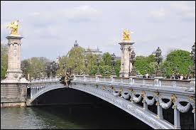 Le pont Alexandre-III, offert par la Russie en 1900, se trouve entre...
