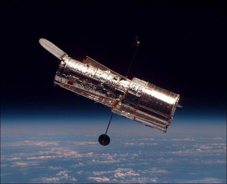 Au 26 avril 2012, le télescope ... fêtait ... de bons et loyaux services. Complétez.