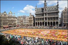 Inscrite du patrimoine mondial de l'UNESCO, renommée pour sa richesse ornementale, la Grand-Place de Bruxelles a pourtant un jour été presque entièrement détruite. Savez-vous par qui ?