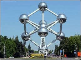 Que représentent les neuf sphères qui constituent l'Atomium construit à Bruxelles à l'occasion de l'Exposition universelle de 1958 ?