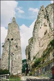 Voici le rocher Bayard associé à l'ancienne légende des quatre fils Aymon. C'est une spectaculaire aiguille rocheuse de 40 m de haut se trouvant au bord d'un fleuve. Lequel ?