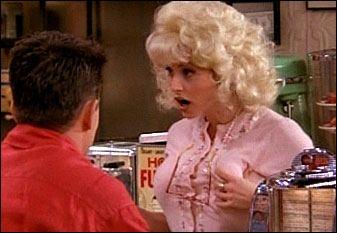 Qui se cache sous cette perruque blonde ?