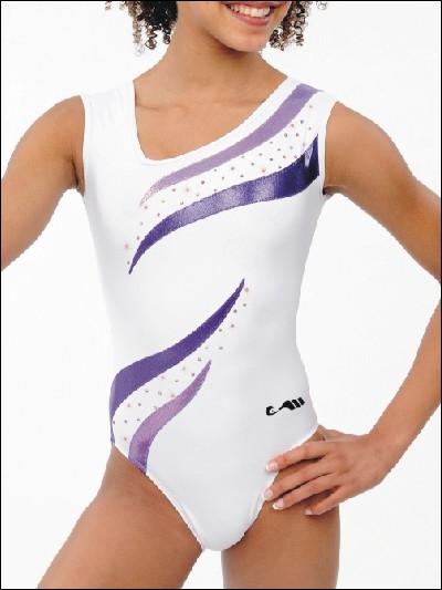 Quel habit les filles portent-elles pour les compétitions ?