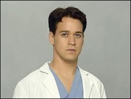 Dans la saison 05, comment Meredith découvre que l'homme qui a été renversé par un bus est Georges ?