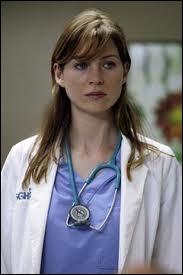 Dans la saison 01, avec qui emménage Meredith ?