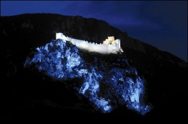 Le château cathare de Puilaurens est spectaculairement illuminé par des LED. Cela évoque un mystérieux clair de lune. Où se trouve cette vertigineuse forteresse ?