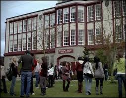 Episode 1 : Lors de la fête du lycée, quel objet Elena donne-t-elle à Bonnie en guise de boule de cristal ?