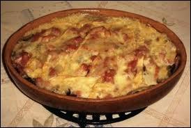 Gratin de pommes de terre, de lardons, d'oignons sur lequel on fait fondre du reblochon :