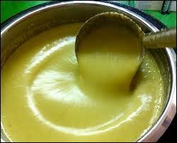 Soupe froide épaisse, faite de purée de pommes de terre et de poireaux, avec des oignons, de la crème et du bouillon de poulet :