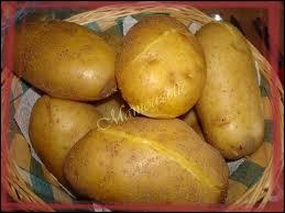 Lorsque les pommes de terre sont simplement cuites à l'eau ou au four avec leur peau dans du papier d'aluminium, on parle de :
