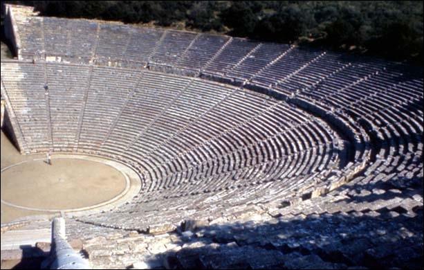Jacques de Lacretelle parle d'Epidaure :  Ce théâtre, c'est un éventail posé en travers de la colline, une gigantesque conque veinée . Quelle forme a-t-il ?
