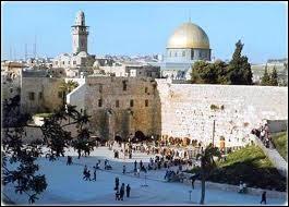 Quelle est cette ville, ville sainte et lieu de pèlerinage pour les juifs, les chrétiens et les musulmans ?