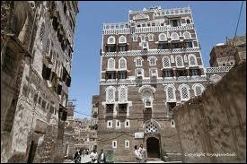 Quelle est cette ville, capitale d'un pays du sud de la péninsule arabique, située à 2 300 m d'altitude avec des maisons à étages en terre, très décorées ?