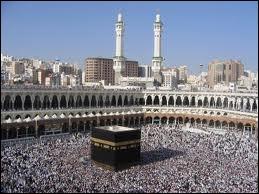 Quelle est cette ville, première ville sainte et lieu de pèlerinage pour les musulmans, où se trouve la Kaaba ?