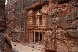 Quel est ce site jordanien très touristique, ancienne capitale du royaume des Nabatéens, annexée par les Romains en 106 après J. C. ?