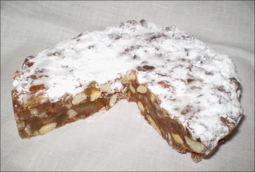 C'est un dessert italien traditionnel de Noël, né à Sienne, en Toscane. Son origine est très ancienne :