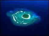 Quel atoll français est perdu dans le Pacifique, au large de l'Amérique du Nord ?