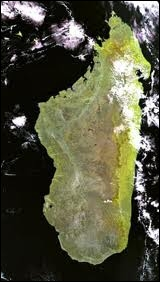 Quelle est donc cette autre île de l'océan Indien beaucoup plus grande que la précédente avec une superficie de 587 000 km2 ?
