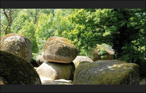 Ici, vous verrez une curiosité géologique, un chaos de rochers granitiques, peut-être serez vous surpris par un farfadet. Mesdames prouvez votre fidélité à votre époux en bougeant la pierre, où ê
