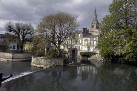 D'après Rabelais, c'est dans cette ville que François Villon finit ses jours en 1463. Je suis depuis 1963 le siège de l'Ecole nationale des sous-officier d'active, je suis :