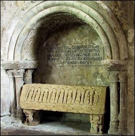 A quelques mètres de mon église Saint-Pierre, vous pourrez admirer une curieuse fontaine. A l'intérieur de l'église, le tombeau de Pierre de Saine-Fontaine, vous êtes à :