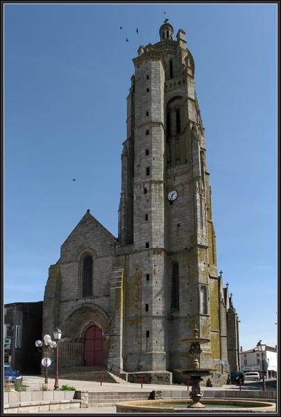 Mon clocher gothique domine la ville de ses 56 mètres, je suis :