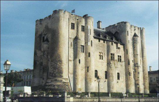 Ma préfecture Niort possède un magnifique donjon, à qui en doit-on l'origine ?