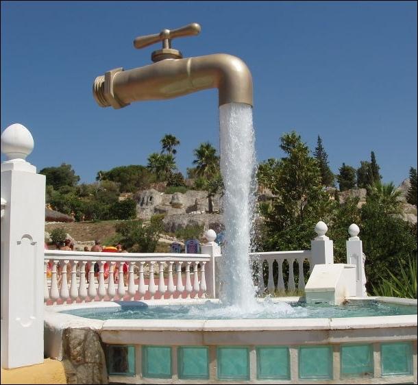En 2004, quelle était la consommation domestique moyenne d'eau par habitant et par jour en France ?