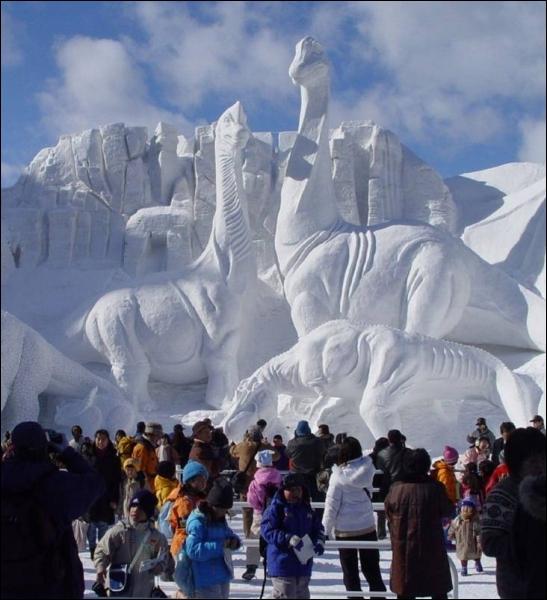 Les cristaux de glace s'agglutinent et se combinent dans l'atmosphère pour former des flocons de neige, uniquement quand l'atmosphère a une température :