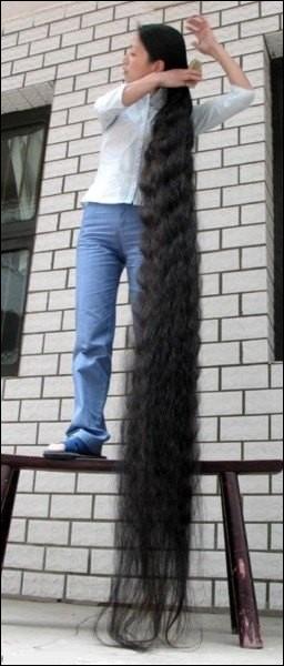 Les cheveux, composés de kératine, même s'ils ne sont pas aussi longs chez nous que chez cette femme, sont présents sur nos crânes (toutes couleurs de cheveux confondues) au nombre de :