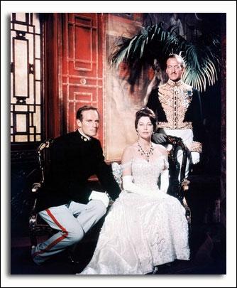 Charton Heston, Ava Gardner et David Niven sont assiégés pendant la révolte des Boxers.