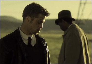 Et enfin , Brad Pitt s'est cassé le bras lors du tournage du film. Son handicap a contraint la production et le scénariste à quelque peu modifier le scénario , vrai ou faux ?