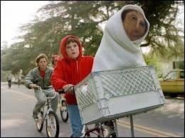 Comment se termine la course à vélo d'Eliott dans ce film de 1982 ?