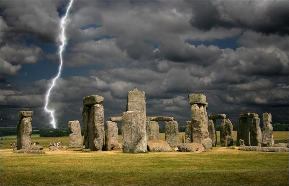 Stonehenge, dont le nom signifie  les pierres suspendues , est un grand monument mégalithique composé d'un ensemble de structures circulaires concentriques. Celui-ci a été érigé entre :