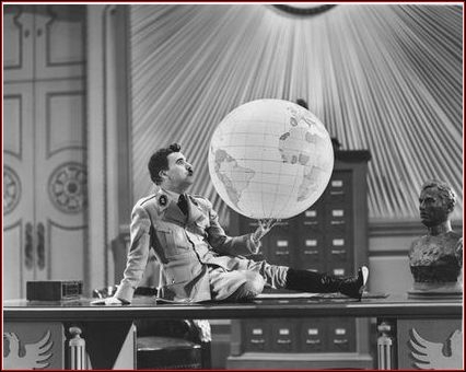 Pendant que Chaplin-dictateur joue avec la Terre on voit Chaplin-barbier rasé d'une façon assez spectaculaire. Il y a un lien subtil entre ces deux scènes. Mais lequel ?