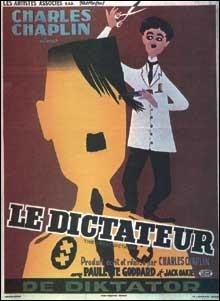 Dans cette affiche de Léo Kouper de 1956 on voit le barbier couper les cheveux du dictateur mais un détail est métaphorisé, rendu plus évident, et qui n'existait pas dans le film. Lequel ?
