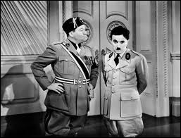 Quels sont les procédés burlesques utilisés par Chaplin pour dénoncer la manière dont Hitler manipule les foules ?